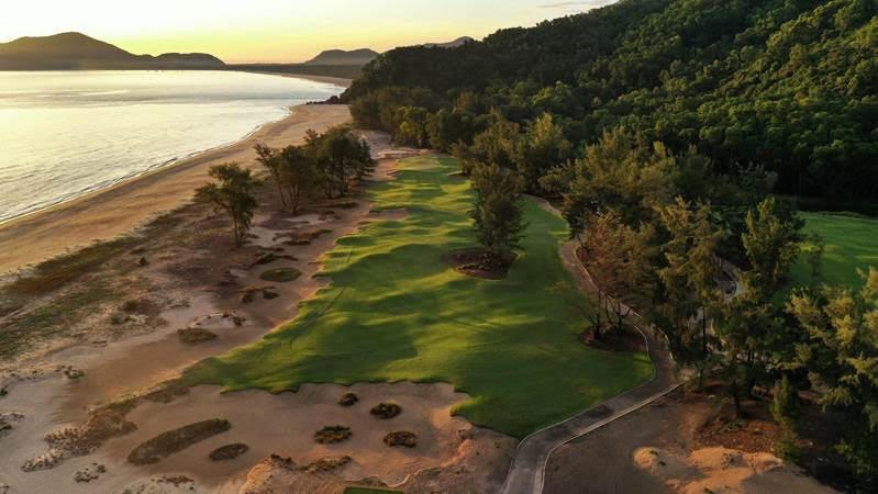 Nhờ khung cảnh tuyệt đẹp nằm giữa những ngọn đồi phủ đầy rừng rậm và đại dương, Laguna Golf Lăng Cô là một trong những sân gôn đáng để trải nghiệm nhất châu Á.