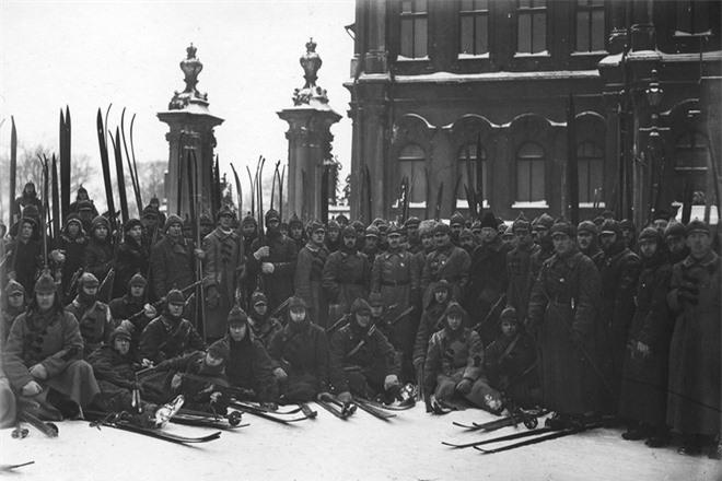 Bức ảnh nhìn thấu Liên Xô: Vũ khí tối thượng của Moscow trên chiếc đĩa in câu nói nổi tiếng của Lenin - Ảnh 13.