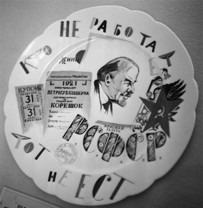 Bức ảnh nhìn thấu Liên Xô: Vũ khí tối thượng của Moscow trên chiếc đĩa in câu nói nổi tiếng của Lenin - Ảnh 15.