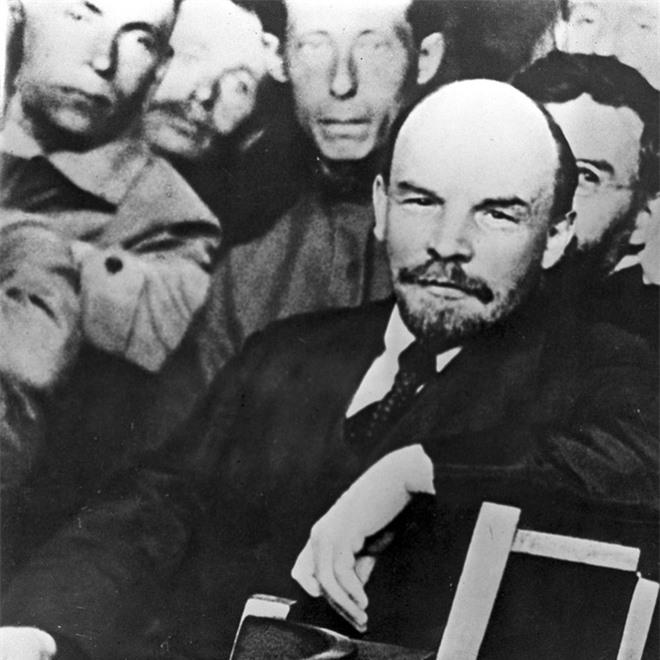 Bức ảnh nhìn thấu Liên Xô: Vũ khí tối thượng của Moscow trên chiếc đĩa in câu nói nổi tiếng của Lenin - Ảnh 2.