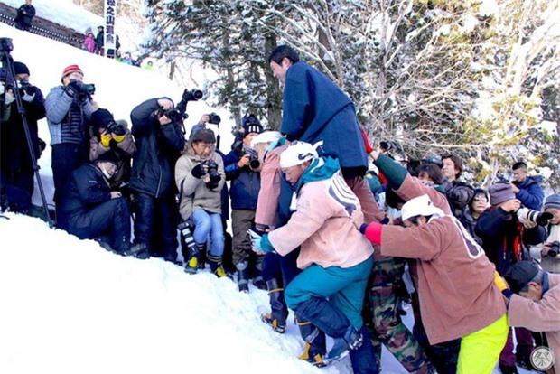Chú rể bị ném từ đỉnh núi tuyết cao 5m trước mặt cô dâu, nguyên nhân bắt nguồn từ tục lệ kỳ lạ này - Ảnh 4.