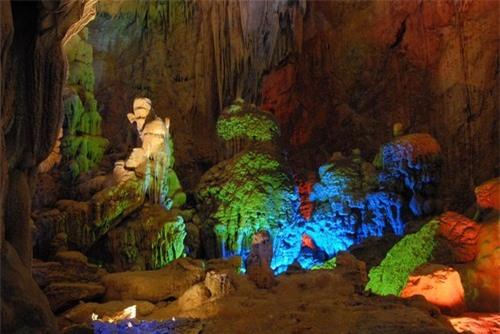 Động Phong Nha với cảnh núi non sông nước quyến rũ du khách. Ảnh minh họa