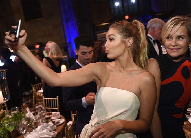 Bà mẹ đặc biệt của cặp chị em người mẫu hot nhất Hollywood Bella - Gigi Hadid: Từ siêu mẫu thành vệ sĩ, stylist kiêm paparazzi cho con - Ảnh 11.