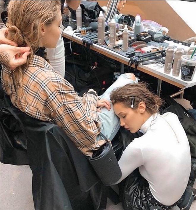 Bà mẹ đặc biệt của cặp chị em người mẫu hot nhất Hollywood Bella - Gigi Hadid: Từ siêu mẫu thành vệ sĩ, stylist kiêm paparazzi cho con - Ảnh 14.