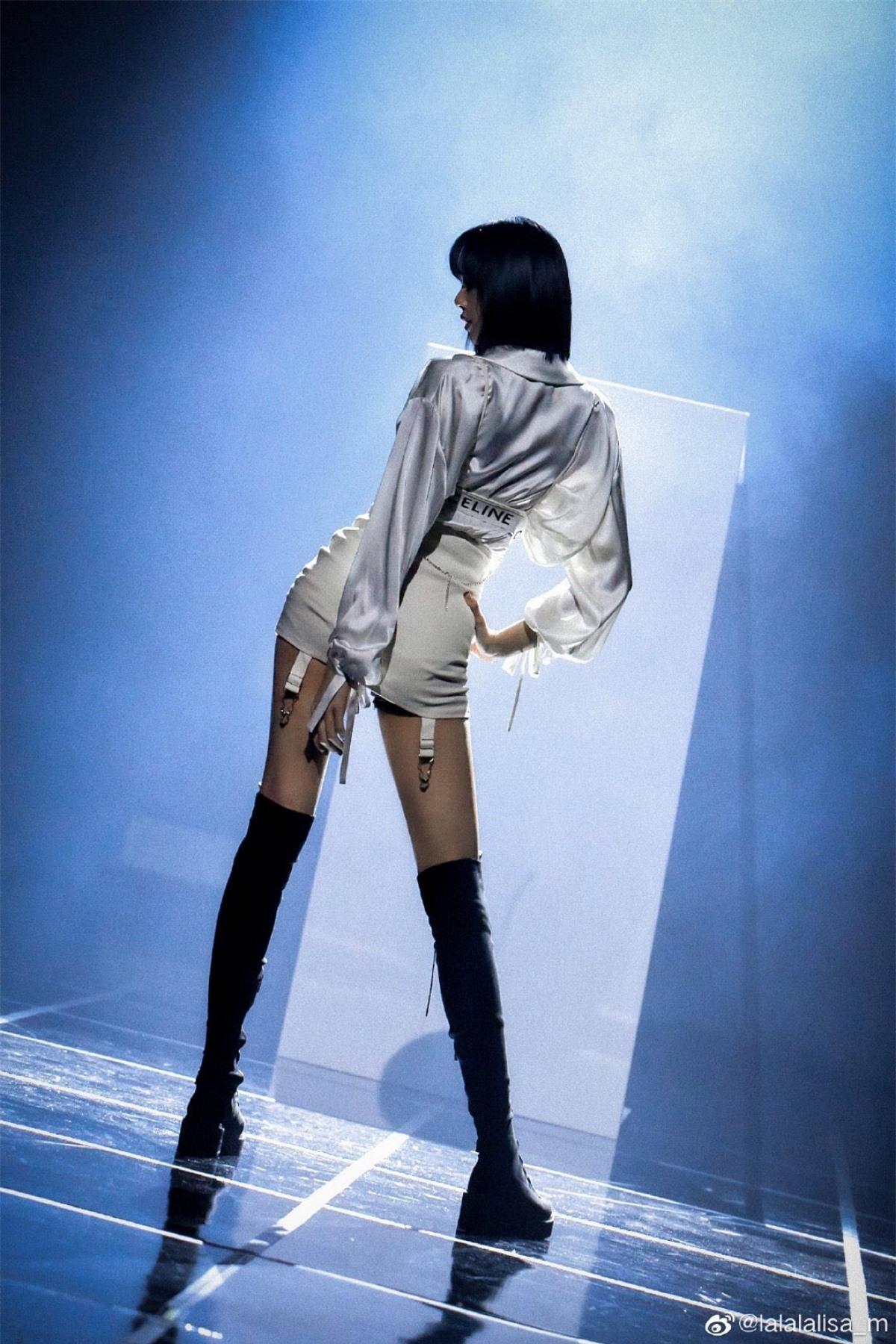 Đặc biệt đôi chân dài, nuột nà được Lisa khoe khéo với đôi bốt cao.