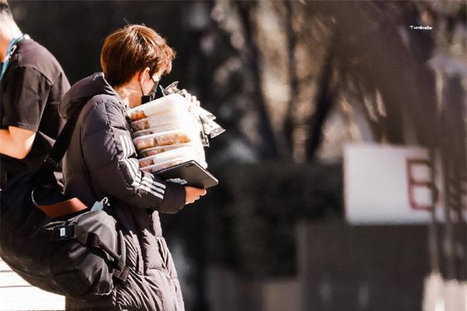 Loạt ảnh center tin đồn Thanh Xuân Có Bạn 3 nhận cơm thay các bạn khiến netizen hài hước gọi là shipper - Ảnh 6.