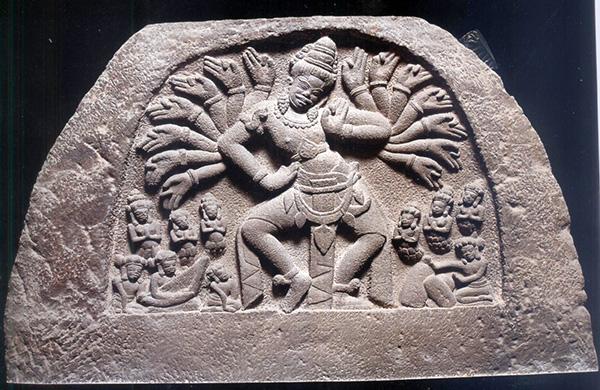 """Hiện vật tiêu biểu """"Trang trí vòm cửa tháp (Typam)"""" phát hiện tại Di chỉ khảo cổ Chăm Phong Lệ)"""