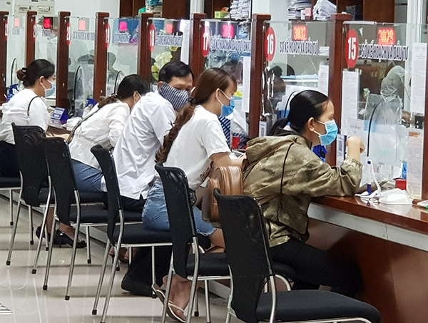 """Người dân, doanh nghiệp đến giao dịch với Sở KH-ĐT Đà Nẵng tại Bộ phận """"Một cửa"""" - Trung tâm Hành chính TP"""