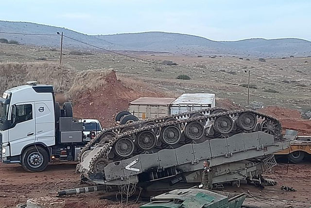 Xe tăng Merkava IV bị lật ngửa.