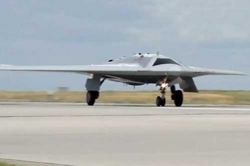 """UAV tấn công hạng nặng """"Thợ săn"""" của Nga thử nghiệm ném bom mục tiêu mặt đất"""