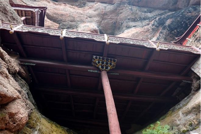 Chùa treo lơ lửng trên vách núi: Duy nhất một cột chống, bí thuật đứng vững 900 năm không tốn một cái đinh! - Ảnh 5.