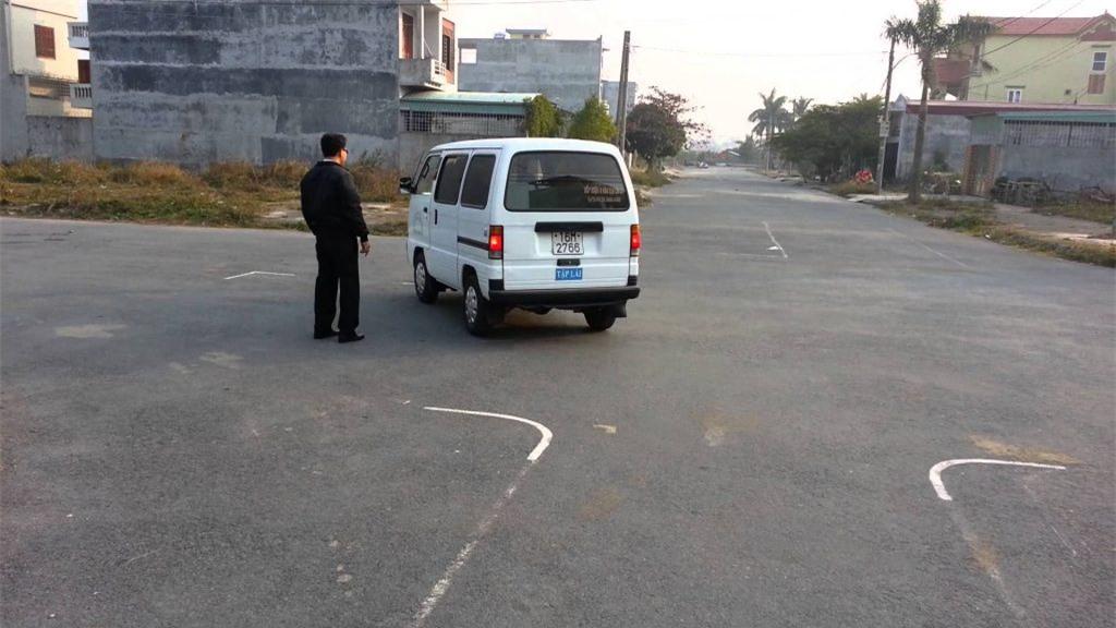 Kỹ thuật ưu việt nhất là lùi xe cùng với quan sát qua các gương chiếu hậu