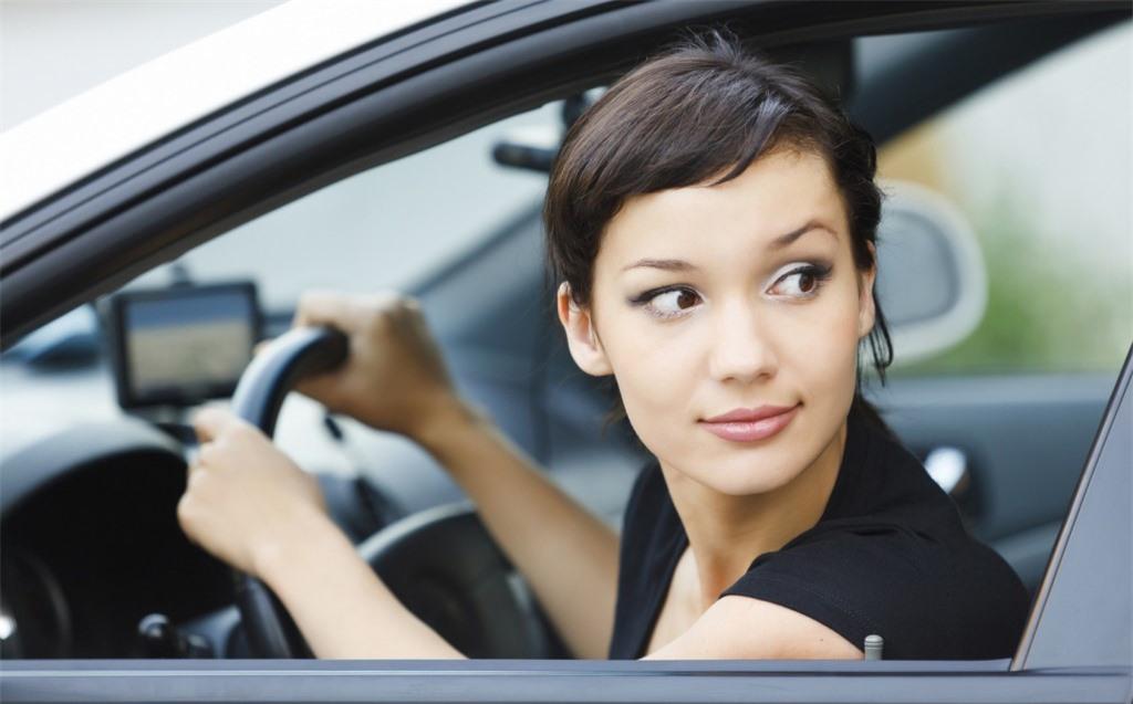 """Khi lùi xe và quay đầu nhìn về phía sau, tài xế sẽ """"quên"""" phần trước và do vậy rất dễ va quệt"""