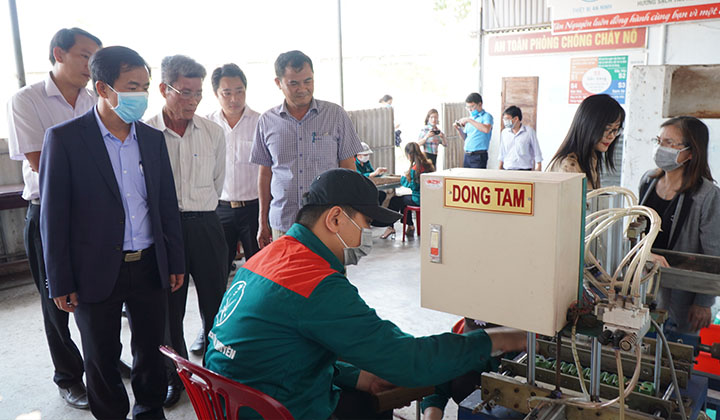 Đoàn công tác Văn phòng Điều phối nông thôn mới Trung ương cùng lãnh đạo tỉnh Thừa Thiên Huế khảo sát cơ sở sản xuất OCOP Hương sạch Tân Nguyên.