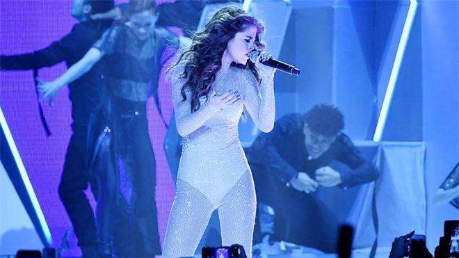 Ảnh hậu trường cam thường của Selena Gomez đang khiến dân tình phát cuồng, spotlight đổ dồn vào body đẹp nức nở - Ảnh 4.