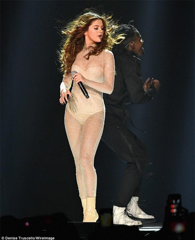 Ảnh hậu trường cam thường của Selena Gomez đang khiến dân tình phát cuồng, spotlight đổ dồn vào body đẹp nức nở - Ảnh 5.