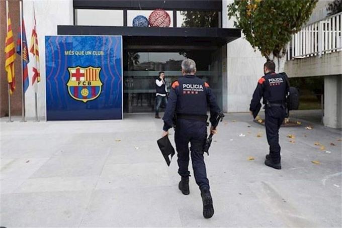 Cảnh sát đang tiến hành khám xét văn phòng cũ của Bartomeu ở Nou Camp