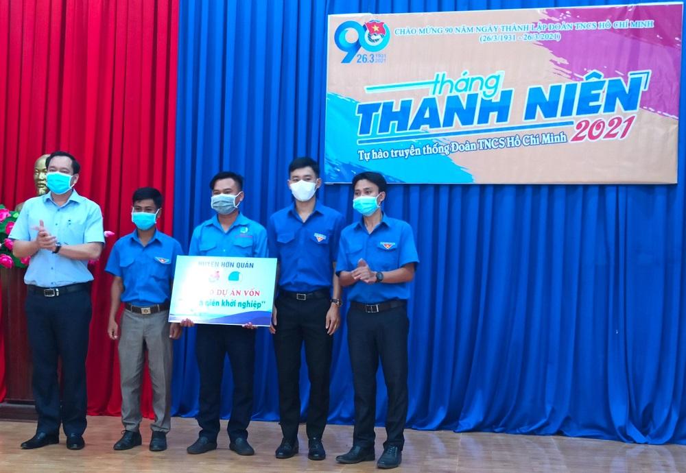 Bảng tượng trưng nguồn vốn hỗ trợ thanh niên khởi nghiệp trị giá 250 triệu đồng được anh Lê Thanh Hoàng - Bí thư huyện Đoàn Hớn Quản (bìa phải) trao cho Đoàn thanh niên 5 xã thuộc huyện.