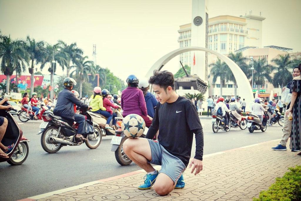 Lê Ngọc Hùng tập luyện gần Ngã sáu thành phố Buôn Ma Thuột.