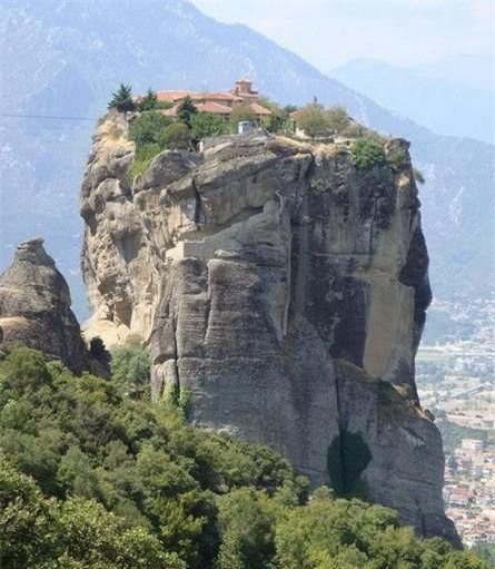 Quần thể Tu đạo viện Meteora (Hi Lạp): Bắt đầu xây dựng từ thế kỷ 14, Quần thể bao gồm 6 Tu đạo viện, nằm cheo leo trên núi, là một trong những công trình kiến trúc Đông Chính Giáo lớn nhất và quan trọng nhất của Hi Lạp.