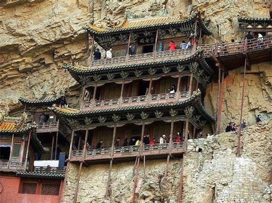 Chùa Huyền Không Sơn Tây (Trung Quốc): Chùa gồm 40 gian, hành lang, cầu, nối với nhau qua những lối đi bằng gỗ.