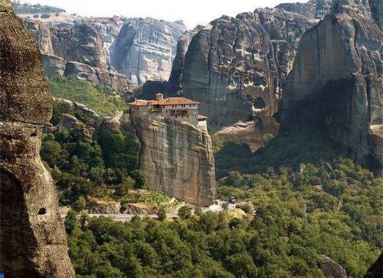 Quần thể Tu đạo viện Meteora (Hi Lạp): Công trình kiến trúc diệu kỳ này bao hàm trong nó sự vĩ đại của những bàn tay xây dựng nên nó. Cũng chỉ có những tín đồ thực sự mới vượt qua được con đường gian khổ để leo lên đến vùng đất thánh này.