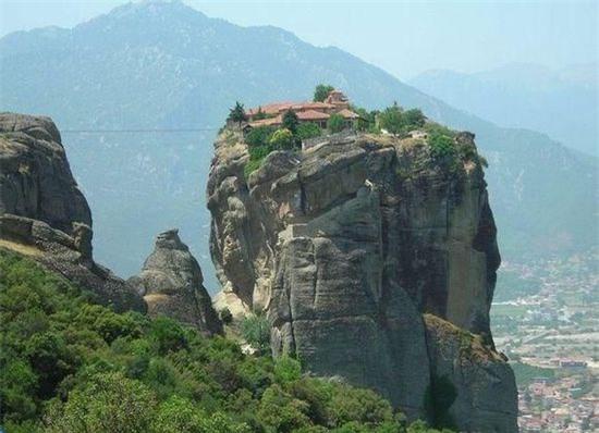 Quần thể Tu đạo viện Meteora (Hi Lạp): Tu đạo viện nằm trên độ cao 400m tính từ điểm thấp nhất của Thung lũng Pinios.