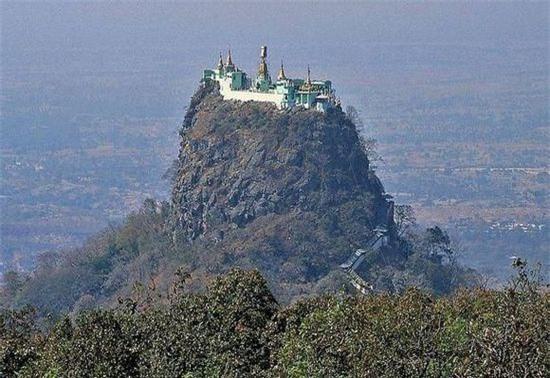 Chùa Taung Kalat (Myanmar): Xây dựng trên miệng núi lửa, cao 737m. Du khách leo từ dưới lên, qua 777 bậc thang đá, là có thể tận mắt ngắm nhìn quang cảnh thiên nhiên hùng vĩ nơi đây.