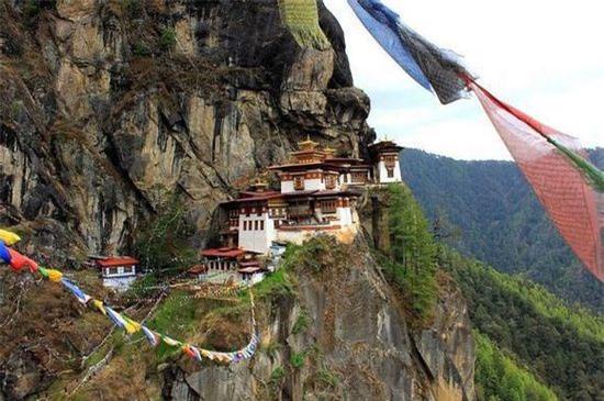 Chùa Huyệt Hổ (Bhutan): Chùa nằm ngang chừng vách đá nơi Thung lũng Hồ Paro, cách điểm thấp nhất của thung lũng là 900m.