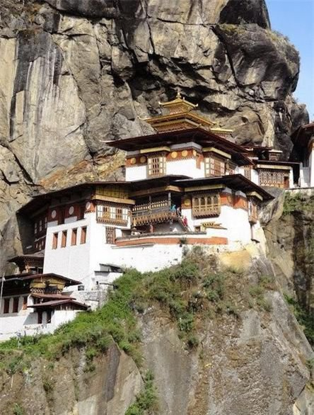 Chùa Huyệt Hổ (Bhutan): Chùa nằm ở vách đá có độ dốc rất lớn, gần như dốc 90 độ.