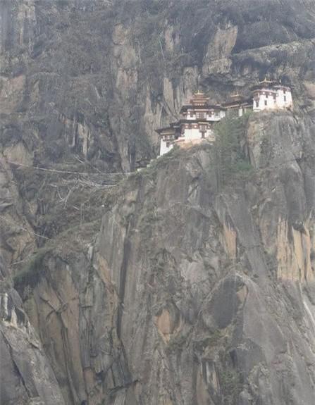 Chùa Huyệt Hổ (Bhutan): Gần như cả ngày mây bao bọc, càng làm tăng thêm độ huyền bí của ngôi chùa.