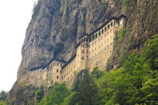 Tu đạo viện Sumela (Thổ Nhĩ Kỳ):  Xây dựng năm 386 sau Công nguyên, nằm trên vách đá cheo leo, cách mặt nước biển 1200m.