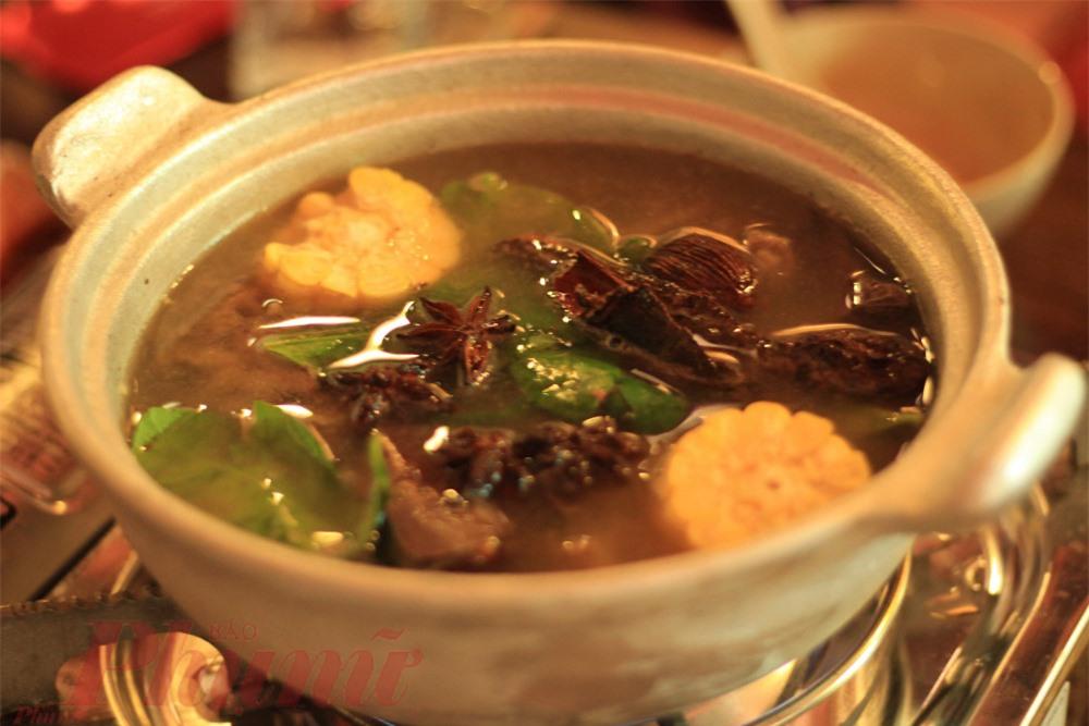 Thắng cố: Thắng cố là đặc sản của người Mông có nguồn gốc từ Vân Nam (Trung Quốc). Tên món ăn này đọc chuẩn theo âm Hán Việt là thang cốt, có nghĩa là canh xương.