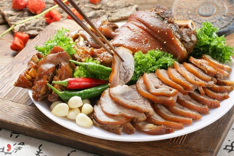 Đây thực chất là giống lợn truyền thống được lai giữa lợn rừng và lợn Mường. Người dân vùng cao thường nuôi theo kiểu thả rông trong rừng, và vì lợn có ngoại hình nhỏ, chỉ nặng chừng 10 - 15kg nên hay được cắp vào nách cho tiện mang đi bán. Người ta thường xẻ thịt lợn làm nhiều món khác nhau như hấp, nướng, nấu giả cầy, ninh canh, làm lòng dồi, nhưng ngon nhất phải kể đến món lợn cắp nách quay thơm lừng.