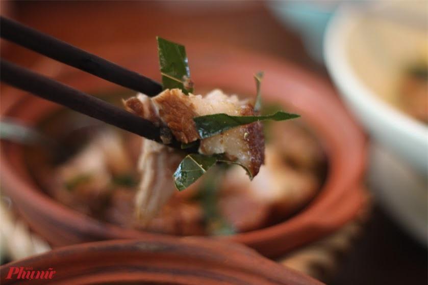 Cái tên khâu nhục xuất phát từ phiên âm tiếng Hoa, trong đó khâu có nghĩa là hấp đến mềm rục, còn nhục có nghĩa là thịt. Do đó nếu dịch đúng có thể hiểu là thịt được hấp rục hay hấp đến chín nhừ.