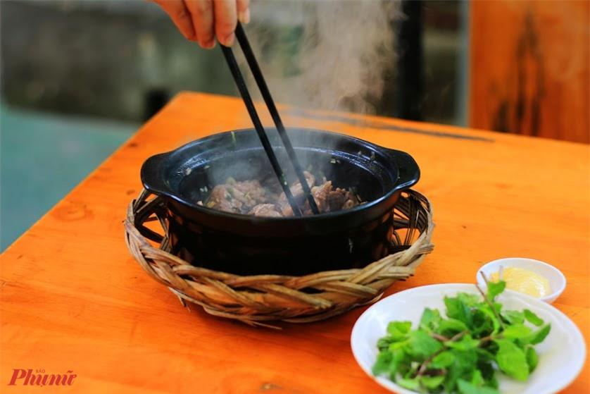 Vừa nghe qua cái tên độc đáo này, chắc hẳn bạn đang liên tưởng tới món mầm đá trong truyện Trạng Quỳnh có phải không? Thực chất, tên gọi sỏi mầm xuất phát từ cách chế biến của món ăn. Sỏi được nung nóng, sau đó dùng để nướng chín thịt heo rừng đã được thái mỏng và tẩm ướp gia vị như tiêu, tỏi, hành, ngò,… Khi ăn, người ta sẽ dùng kèm với rau sống, chấm mắm chanh ớt chua ngọt. Món ăn này được xem là đặc sản nổi tiếng của vùng Phụng Hiệp, Hậu Giang.