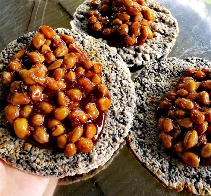 Kẹo Cu Đơ là một loại kẹo lạc (đậu phộng) đặc sản của tỉnh Hà Tĩnh. Kẹo được nấu từ mật mía, đường, mạch nha, gừng có thêm lạc nhân và được đổ vào hai miếng bánh tráng ép lại.