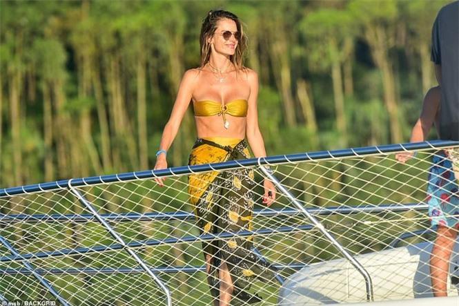 Siêu mẫu Alessandra Ambrosio mặc bikini quây khoe vòng 1 nóng bỏng - ảnh 10