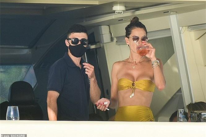 Siêu mẫu Alessandra Ambrosio mặc bikini quây khoe vòng 1 nóng bỏng - ảnh 8
