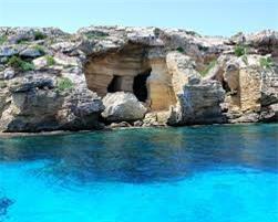 """Favignana, Sicily: Khi Italy xâm chiếm Libya năm 1911, hàng ngàn tù nhân Libya được đày tới hòn đảo này. Favignana mang hình dáng một con bướm với diện tích lớn nhất trong số các đảo ngoài khơi phía tây của vùng Sicily. Đảo nổi tiếng với nhiều hang động đá vôi tuyệt đẹp cùng rượu khai vị tuyệt hảo. Bên cạnh đó, lễ hội cá ngừ truyền thống """"La Manttanza"""" thu hút hàng trăm khách tham quan. Tuy nhiên, năm 2008, chính phủ Italy đã cấm lễ hội này do tính bạo lực của nó."""