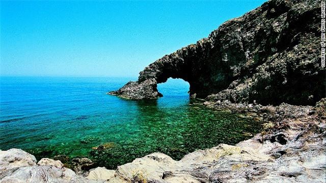 """""""Hòn ngọc đen"""" của Địa Trung Hải nằm gần bờ biển của Tunisia hơn so với Italy. Pantelleria từng là trung tâm chiến lược của người La Mã và các thương nhân từ Phoenic, Mỹ. Người Tây Ban Nha cũng từng chiếm đóng và xây dựng một nhà tù tại đây. Pantelleria nổi tiếng với mùi hương dễ chịu, phảng phất xung quanh. Nét hấp dẫn của Pantelleria là các ngôi nhà cổ hình nón trắng, hay """"dammusi"""". Ngoài cảnh sắc tuyệt đẹp, Pantelleria là điểm dừng chân lý tưởng đối với những người yêu rượu vang. Đây là nơi sản xuất các loại rượu nổi tiếng như Passito –  thứ mà người ta gọi là """"vàng của Pantelleria""""."""
