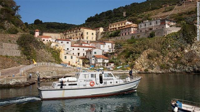 """Đây là hòn đảo duy nhất tại Italy vẫn duy trì hoạt động giam giữ tù nhân. Gorgona được bao phủ xung quanh bởi thảm thực vật đặc trưng tại vùng Địa Trung Hải. Các tù nhân làm việc trong vườn nho và các trang trại. Họ đều tự tay """"sản xuất"""" các chai rượu vang, pho mát, bánh quy và mì ống. Đảo Gorgona gồm một ngôi làng đánh cá với khoảng 20 ngư dân, một nhà thờ và ngọn hải đăng. Bên cạnh đó, những tòa tháp cổ và một pháo đài là cảnh quan hấp dẫn đối với các du khách phương xa. Tuy nhiên, giới chức địa phương chỉ cho phép khoảng 75 khách tham quan tới đây mỗi ngày."""