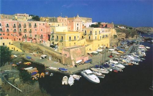 """Ventotene, Latium: Nằm giữa thành phố Rome và Naples, đảo Ventitene là điểm xa nhất trong số các hòn đảo ngoài khơi phía tây nước Italy. Theo tiếng địa phương, Ventotene có nghĩa là """"nơi miền gió thổi"""". Đây từng là một nhà tù nổi tiếng dưới thời La Mã. Hoàng đế Nero từng đầy ải hoàng hậu Claudia Octavia tới đảo vì tội ngoại tình hay nhà độc tài Phát xít Benito Mussolini từng chọn Ventotene là nơi giam giữ các đối thủ chính trị. Các nhà giam thời La Mã nay được sơn lại bằng màu hồng, vàng và tím. Đây là một trong số những điểm lặn nổi tiếng tại Italy và thiên đường của của các loài chim."""
