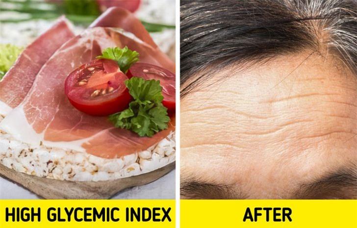 Bánh gạo: 7. Bánh gạo  Được biết đến là một món ăn nhẹ mang lại cảm giác như một lựa chọn lành mạnh hơn, bánh gạo thực sự có chỉ số đường huyết cao. Về cơ bản, điều này có nghĩa là chúng được cơ thể chúng ta phân hủy theo cách giống như đường. Có quá nhiều đường trong cơ thể làm giảm collagen và có thể làm tăng các dấu hiệu lão hóa.