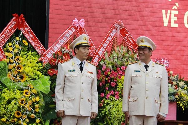 Đại tá Lê Văn Tuyến (trái, nguyên Giám đốc Công an tỉnh Đắk Lắk) được điều động nhận nhiệm vụ mới tại Uỷ ban kiểm tra Đảng uỷ Công an Trung ương.
