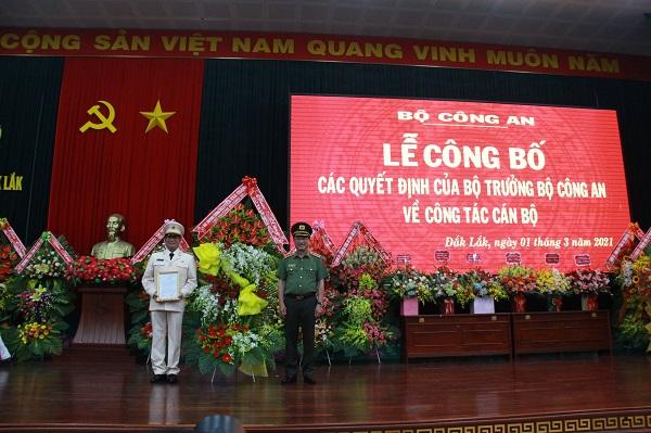 Thứ trưởng Bộ Công an Nguyễn Văn Thành trao quyết định bổ nhiệm đại tá Lê Vinh Quy giữ chức Giám đốc Công an tỉnh Đắk Lắk.