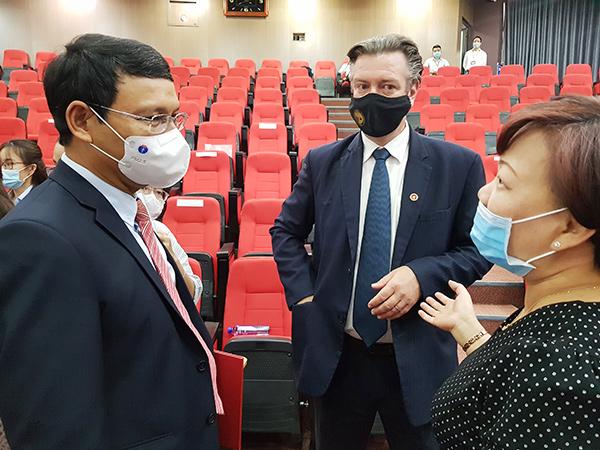 Bà Huỳnh Liên Phương (bìa phải) giới thiệu với Phó Chủ tịch Thường trực UBND TP Hồ Kỳ Minh các nhà đầu tư nước quan tâm các dự án kêu gọi đầu tư vào TP Đà Nẵng