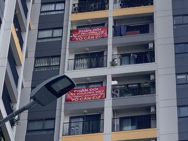 Cư dân treo băng rôn tại chung cư The Pegasuite phẩn đối chủ đầu tư là Công ty Phương Việt Invest thu tiền chênh lệch căn hộ vô căn cứ.