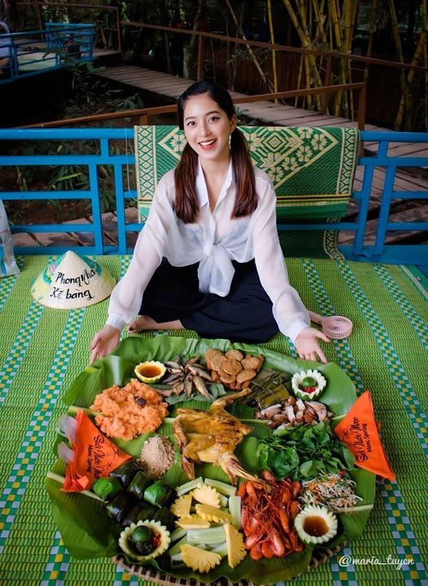 Thức ăn nơi đây đậm chất nguyên sơ. Bạn sẽ được ăn những món ăn đạm chất bản địa, như tôm càng xanh, cá mát, gà nướng, xôi...