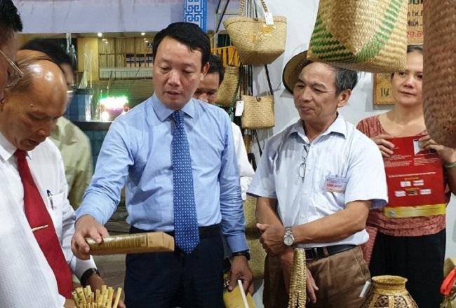 Lãnh đạo tỉnh Thừa Thiên Huế thăm các gian hàng trưng bày sản phẩm thủ công mỹ nghệ của các làng nghề truyền thống.